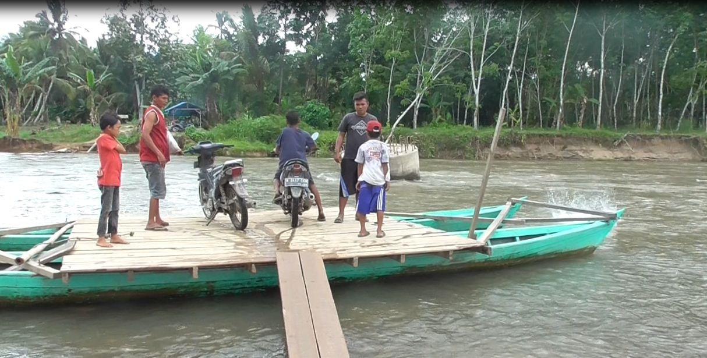 Jembatan Rusak, Warga 4 Desa Terpaksa Seberangi Sungai Pakai Perahu Rakitan