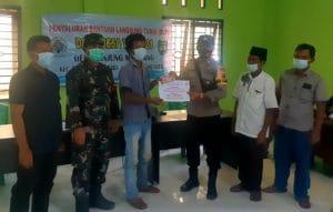 Briptu Juno Kawal Penyaluran BLT DD di Desa Tanjung Mompang